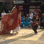 諏訪神社境内 練り込み 舞獅子